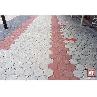 Sự phối hợp 3 màu sắc Trắng – Đỏ – Xám đậm của gạch block tự chèn lục giác mang đến cho vỉa hè này vẻ đẹp rực rỡ